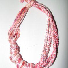 Joli collier en fils de coton tons rose et blanc