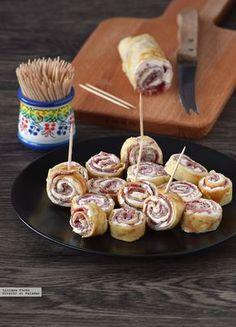 Rollitos de crêpe rellenos de queso crema y bresaola. Receta de aperitivo