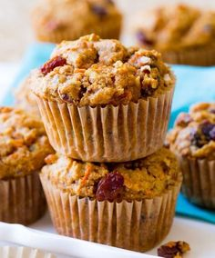Featuring a golden crumb topping, these pumpkin spice crumb muffins taste like pumpkin coffee cake. Perfectly spiced for a delicious fall treat! Morning Glory Muffins, Salada Light, Raisin Muffins, Pumpkin Coffee Cakes, Savory Muffins, Sallys Baking Addiction, Butter Pecan, Brown Butter, Snack