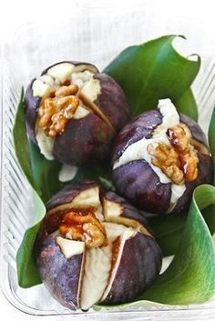 Fichi e gorgonzola (con noci e miele) - COOK AND THE CITY/ fig & gorgonzola with walnuts & honey. Fig Recipes, Italian Recipes, Cooking Recipes, Antipasto, Finger Food Appetizers, Appetizer Recipes, Cocina Natural, Good Food, Yummy Food