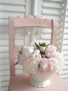 Pioenrozen op een oude roze stoel