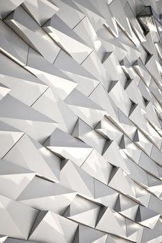 Ritmo: El rito en la arquitectura, es la repetición o relación de patrones o medidas en distintas partes del espacio arquitectónico.