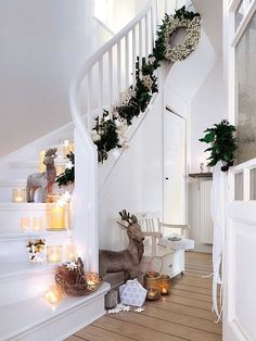 Beautiful Christmas staircase for a house WITHOUT kids Christmas Hallway, Christmas Staircase Decor, Christmas Fairy Lights, Noel Christmas, Staircase Decoration, Stair Decor, Xmas Stairs, Christmas Fireplace Decorations, Christmas Crafts