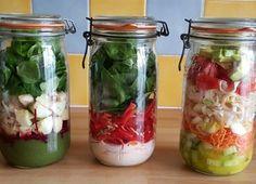 Les salades en bocaux sont jolies, pratiques, rapides à faire. Idéales pour toutes celles et ceux qui veulent pouvoir manger en rentrant le soir du travail.