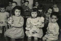 école maternelle - Après seconde guerre mondiale Vintage Photographs, Vintage Photos, Vintage Children Photos, Guys And Dolls, Old Dolls, Interesting History, Old Postcards, Vintage Dolls, Alter