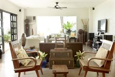 A Filipino-Inspired Duplex with Antiques and Wooden Pieces | RL