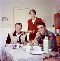 Elvis Presley eating breakfast with his father Vernon and his grandmother Minnie Mae 1959 Mamie Van Doren, Lisa Marie Presley, Priscilla Presley, Vernon, Rare Historical Photos, Young Elvis, Elvis Presley Photos, Stevie Wonder, Photos Du
