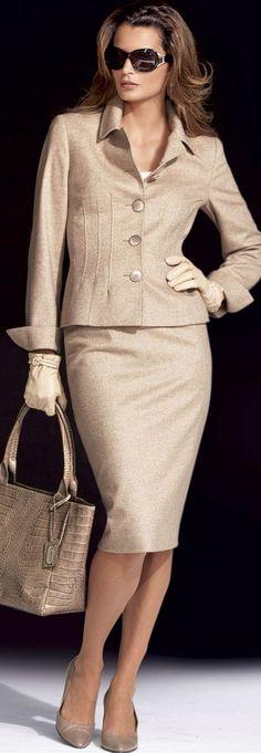 Para vernos más altas no es necesario usar zapatos con plataforma o tacones puntillas. El efecto se puede lograr con más sutileza y comodidad, vistiéndonos de un sólo color de arriba abajo o con colores que compartan entre sí el mismo tono. Manual de imagen de mujer. Diana Neira.