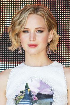 Jennifer Lawrence Blonde Hair Color 2014 | Color Formula - Natural level: 6 Highlight: Naturlite White Powder (1 scoop) mixed with 10 vol developer (2 scoops) NOTE: Full foil, medium-woven Lowlight: 6TO (1oz) mixed with 10 vol developer (1oz)