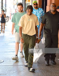 Travis Scott seen out in SoHo on July 2016 in New York City. Travis Scott Outfits, Travis Scott Fashion, Travis Scott Style, Nba Fashion, Mens Fashion, Soho, Rap Us, Supreme T Shirt, Minimal Outfit