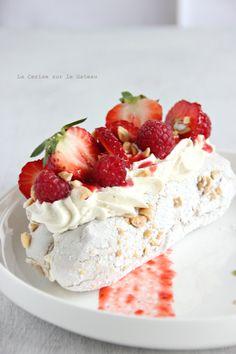 fraises melba (meringues à la cacahuètes, glace à la vanille, crème chantilly mascarpone, coulis de fruits rouges)
