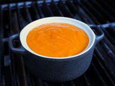Tässä BBQ-kastikkeessa on reilusti rypsiöljyä joten se toimii hyvin grillatessa, mutta sitä voi käyttää myös kastikkeena valmiin ruuan päällä.