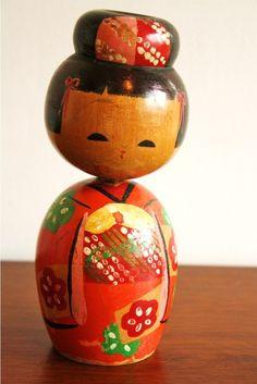 kokeshi, bonequinha japonesa.