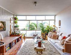 07-decoracao-sala-estar-janelas-piso-taco-tons-neutros-plantas-apartamento