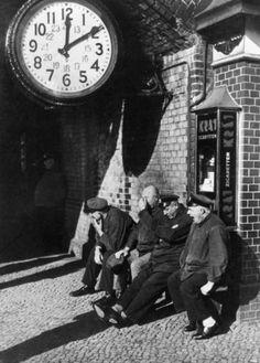 Mittagsruhe: Gepäckträger am Bahnhof Zoologischer Garten in Berlin 1932