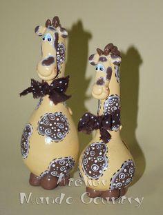 Novos bichinhos em cabaças e purungos   Tays Rocha Plastic Bottles, Biscuit, Crafts To Sell, Diy Crafts, Clay Owl, Hand Painted Gourds, Gourd Art, Giraffe, Painted Rocks