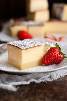 """フランス発祥の通称""""魔法のケーキ""""「ガトーマジック(Le gâteau magique)」をご存知でしょうか?この「魔法のケーキ」が今、インスタグラムなどのSNSを中心に大人気なんです♪ 簡単な手順でスポンジ、カスタード、フランの三層に分かれる、名前の通りの不思議なケーキ。思った以上にシンプルなので、ぜひチャレンジしてみましょう。今回は基本の作り方やコツ、チョコレートや抹茶、かぼちゃなどを使ったアレンジレシピも紹介します。"""