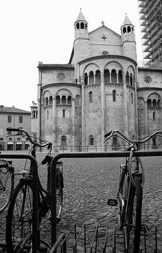 Modena by bicycle - Abside del Duomo Old Town Italy, The Places Youll Go, Places To Visit, Modena Italy, Rock Cafe, Best Of Italy, Italian Summer, Italy Travel Tips, Places In Europe