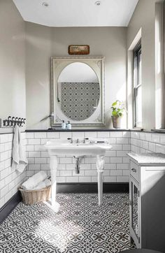 Explore A Pastel Coloured Quirky Victorian Terraced House In Kent / Explora nuestros tableros para descubrir un sinfín de pines sorprendentes similares a éste. Terraced House, Metro White, Victorian Terrace House, Bad Styling, Victorian Bathroom, Victorian Toilet, Downstairs Toilet, Encaustic Tile, Family Bathroom