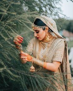 Trending Mini Kaleeras For Brides Who Love To Experiment Bridal Poses, Bridal Photoshoot, Bridal Portraits, Indian Bridal Makeup, Bridal Makeup Looks, Wedding Makeup, Indian Wedding Outfits, Bridal Outfits, Bridal Jewellery Inspiration