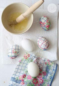 Love this idea! Easter eggs decorated with paper napkins.