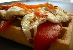 La Gulateca | Gofre con pimiento asado y queso fresco a la plancha | Waffles topped with roast red pepper and melted cheese