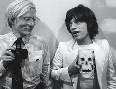 """In occasione di un """"Mods and Rockers Ball"""", Jagger ebbe modo di incontrare Andy Warhol per la prima volta. Il cantante ammirava molto lo strano artista dai capelli bianchi... Per Mick il loro rapporto personale e professionale - durato fino alla morte dell'amico, ventiquattro anni dopo - fu uno dei più importanti della sua vita.  http://www.sperling.it/scheda/978882005304"""