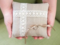 Cuscino portafedi in lino grezzo con nastro di BrightSpotOfColour