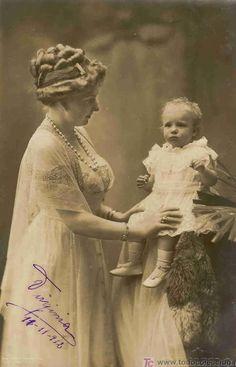 La reina Victoria Eugenia con la infanta Beatriz