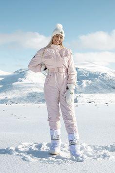 Nora skidress er vår signaturdress. Denne dressen passer for deg som ønsker en retro og elegant look, og samtidig ønsker å se bra ut under enhver vinteraktivitet år etter år.  Leveringstid: Du vil normalt motta dressen innen 1-3 virkedager.  Gratis frakt på kjøp over kr 1000.  Dressen vil dessverre ikke bli påfylt denne sesongen. Snow Suit, Skiing, Dresser, Winter Jackets, Suits, Retro, Elegant, Outfit, Fashion