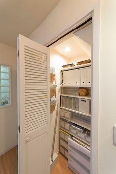 生活まわりのものを一括して保管する収納庫。アイテム毎に整理し、システマティックに。