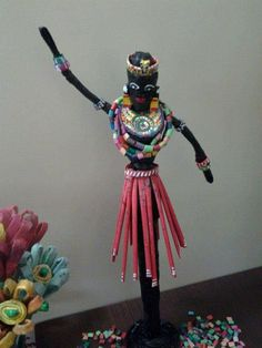 Afričan African Dolls, African Art, Crochet Waffle Stitch, Corn Dolly, Paper Bag Crafts, African Crafts, African Paintings, Willow Weaving, Paper Weaving