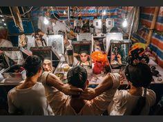 Dans des coulisses de fortune fabriquées avec des bambous et des sacs plastiques, une troupe se prépare avant de donner un opéra au temple de Pak Tai, à Taipa, en Chine.
