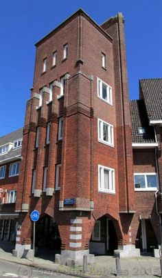 Amazing Expressionism Architecture – soulful building you will happy on it Art Deco Buildings, Unique Buildings, Beautiful Buildings, Art Deco Bar, Art Deco Design, Brick Architecture, Architecture Details, Bauhaus, Amsterdam School