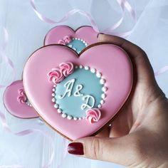 """My Lovely Cookie (ПРЯНИКИ) on Instagram: """"Приятный размерчик. ))) Не много и не мало. Как раз порционный пряничек-гостинчик на память для всех, кто пришёл поздравить молодожёнов. 40…"""" Heart Cookies, No Bake Cookies, Sugar Cookies, Cookies For Kids, How To Make Cookies, Wedding Shower Cookies, Clay Keychain, Valentines Day Cookies, Royal Icing Cookies"""
