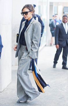 Victoria Beckham Just Pulled a Styling Move We Haven't Thought of Before Mode Victoria Beckham, Victoria Beckham Outfits, Fashion Mode, Look Fashion, Fashion Outfits, Womens Fashion, Womens Dress Suits, Suits For Women, Casual Steampunk
