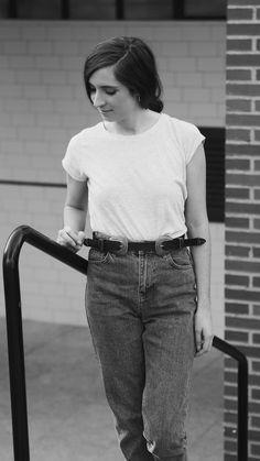 Entre los vaqueros ya no reinan los pitillo, ahora  hay otras mil opciones como los Mom-Jeans, esos jeans altos, ajustados de cintura y de pernera ancha que se pusieron tan de moda en los años 90:  http://emesight.blogspot.com.es/