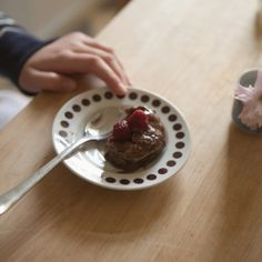 Five minutes (healthy) chocolate muffin | Fine Little Day 1 egg 10 g cocoa powder 10 g coconut powder 1 teaspoon fiberhusk 20 g vanilla protein 4–5 drops stevia vanilla raspberries  Mix the the ingredients in a cup or bowl with a fork. Put in the micro about 2 minutes. Decorate with a couple of raspberries. Ready.