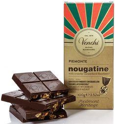 Venchi Piemonte Nougatine with Crunchy Caramelized Hazelnuts... Μαύρη σοκολάτα 56% κακάο με καραμελωμένα φουντούκια. Υπέροχο έντονο άρωμα κάκαο. Πολύ πολύ νόστιμη μαύρη σοκολάτα που γίνεται ακόμα πιο δελεαστική με τα εξαιρετικά κομματάκια καραμελωμένων φουντουκιών! Πραγματικά καραμελωμένα χωρίς να κολάνε και απίστευτα τραγανά που δίνουν καρβουδιστή και καραμελένια γεύση. Αφήνει απαλή γεύση κακάο και φουντουκιού. Από τις λιγοστές καλές σοκολάτες με καραμελωμένους ξηρούς καρπούς! Chocolate World, Dark Chocolate Bar, Chocolate Packaging, Shop Signs, Caramel, Decorative Boxes, Sweet, Logo, Botany