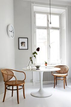 Bentwood chairs * & a modern tulip table * is always a great combination for any dining area. Mesa Saarinen, Saarinen Table, Home Interior, Interior Decorating, Decorating Ideas, Simple Interior, Interior Modern, Modern Luxury, Bentwood Chairs