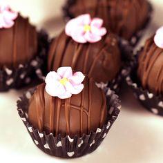 Babeczki czekoladowe z dodatkiem różowego kwiatka