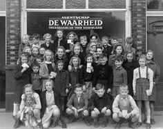 04-25-1947_01558 Kinderen voor de Waarheid-winkel