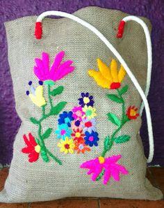 bolso de arpillera bordado a mano