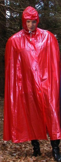 Mädchen im roten Regencape
