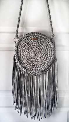 Gri püsküllü yuvarlak çanta TASSELED ROUND BAG Gray round bag with zip and tassel. Produced by knitting technique and very …. Crochet Round, Love Crochet, Crochet Toys, Knit Crochet, Cute Purses, Purses And Bags, Macrame Wall Hanging Diy, Crochet Backpack, Diy Tote Bag