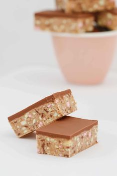 No-bake and so simple… this CLINKERS SLICE RECIPE really is the best thing ever! A super easy 10 minute recipe that everyone will love! Easy Desserts, Delicious Desserts, Yummy Food, Clinker Slice, Chocolate Coconut Slice, Baking Recipes, Cake Recipes, Bakers Gonna Bake, Australian Food