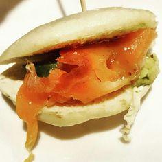 Salmon con aguacate en pan de pita