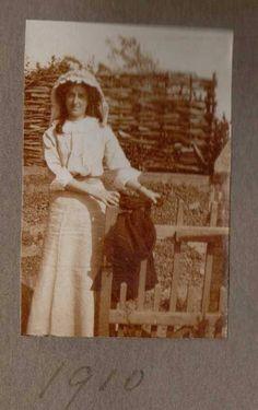 https://flic.kr/p/r12WPQ | Lady at Felixstowe Suffolk 1910