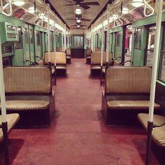 Vintage trains at the New York Transit Museum. Mi día no empezó tan bien cuando me desperté con un mail de mi maestro de Exhibition design explicando la tarea para el martes. Cada equipo tiene que analizar un museo diferente. Casi muero de flojera al descubrir que a mi me había tocado el New York transit museum. Después de un café muy cargado y un viaje de horas en mi amado metro G (as in Ghost) llegué a Downtown Brooklyn en donde en una antigua estación de metro se encuentra el museo. ...