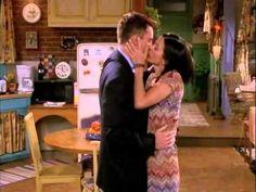 Chandler besa a Monica, Rachel y Phoebe ♥ JAJAJA